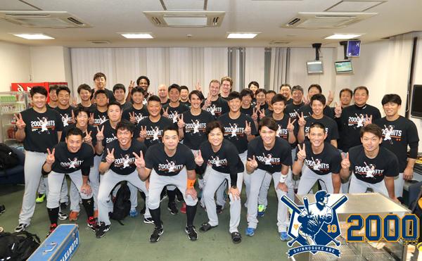 阿部慎之助の2000安打達成時にチーム全員で着用してお祝いした (c)YOMIURI GIANTS