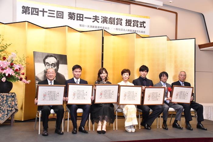 第43回菊田一夫演劇賞を受賞した甲斐正人、原田諒、神田沙也加、戸田恵子、城田優、堀義貴、堀威夫(左から)