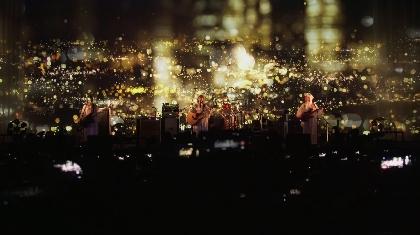 SCANDAL、NAKED,INC.とのコラボで大都会の夜景ビジョンをバックにパフォーマンスした「月」のライブ映像を公開