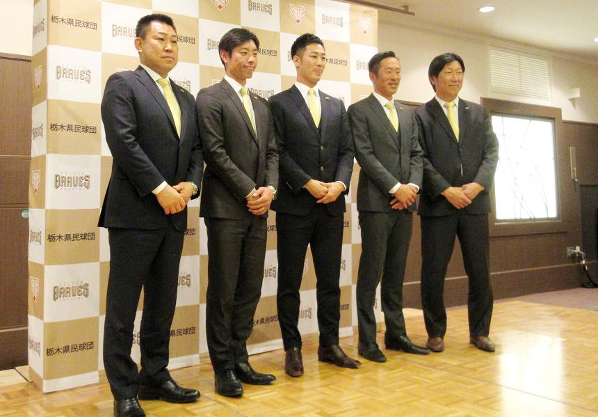 寺内崇幸監督(左から2番目)ら指導陣も、西岡剛選手(中央)のNPB復帰をサポートするという