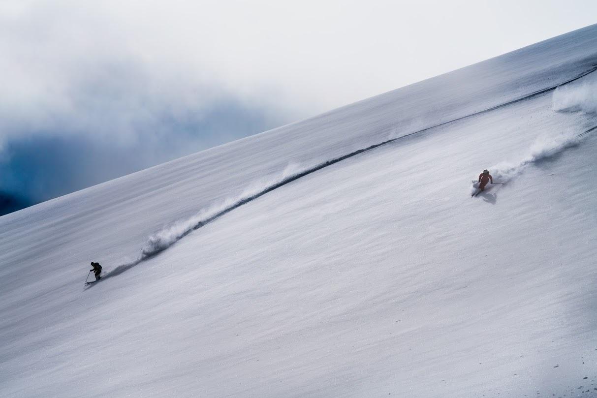 真っ白なキャンバスにマニューバを描く。雪山の上からスタートしてゴールを目指すニュースポーツ「フリーライド」