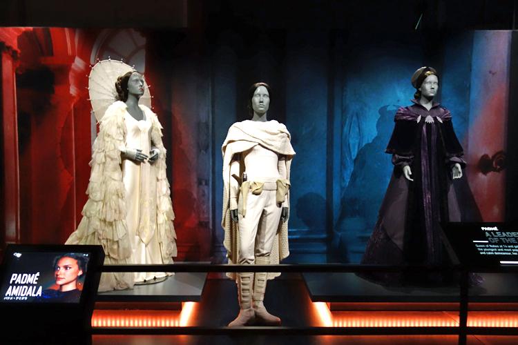 左:アミダラ女王(式典で着用した衣裳)中央:パドメ・アミダラ(レイア姫へのオマージュの衣裳)右:アミダラ元老院議員