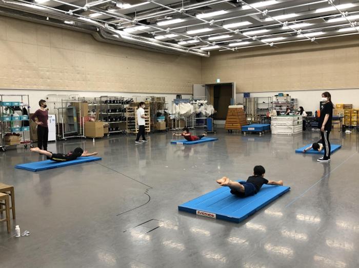 距離をおいての身体訓練 ©ホリプロ