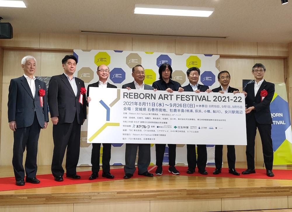 オープニングセレモニーより。向かって右から4番目が小林武史氏、その左隣が石巻市長の齋藤正美氏。