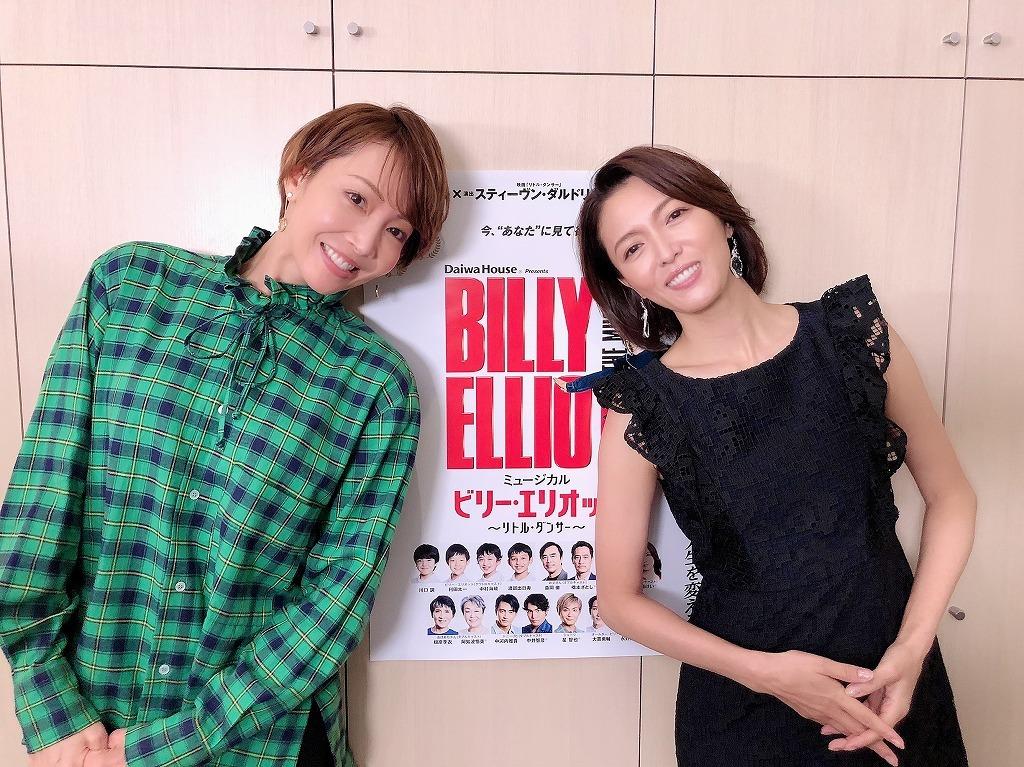 (左より)ウィルキンソン先生役 柚希礼音、安蘭けい  (C)ホリプロ