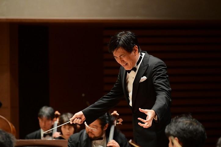 渾身の指揮でオーケストラをまとめ上げる藤岡幸夫 (C)HIKAWA
