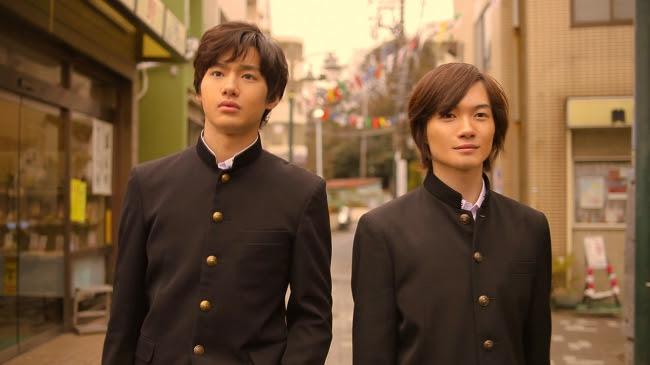 左から、野村周平、神木隆之介 (C) 2017 Tales of CHIGASAKI film committee
