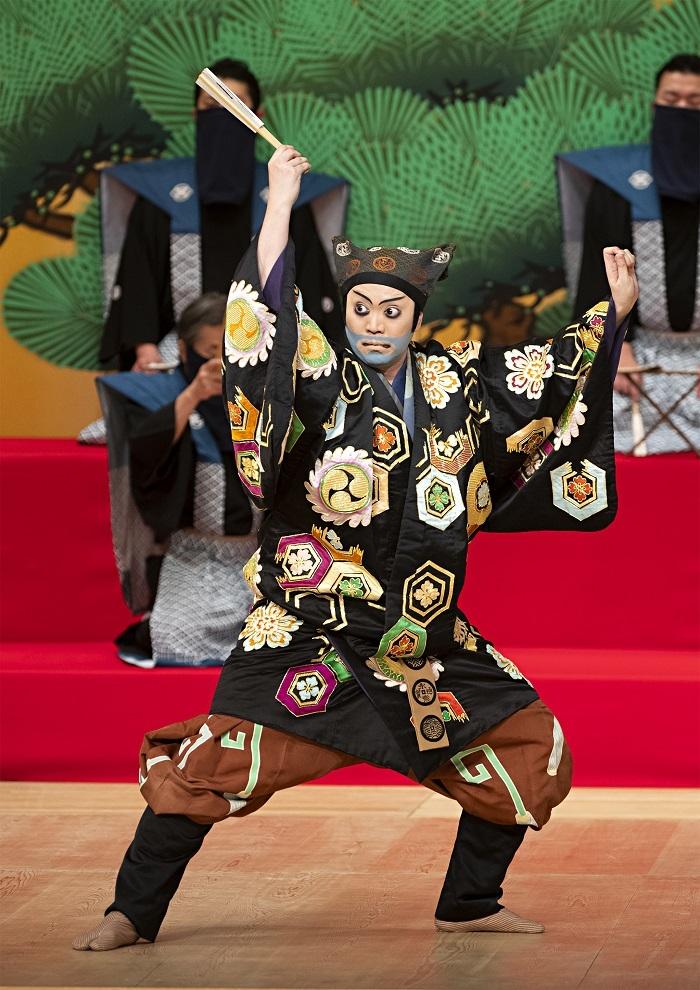 令和2年10月国立劇場『太刀盗人』すっぱの九郎兵衛=尾上松緑 松緑はすっぱの顔のパネルに目をやり「この顔で、品もへったくれもないかもしれませんが」と笑う。 /(C)松竹