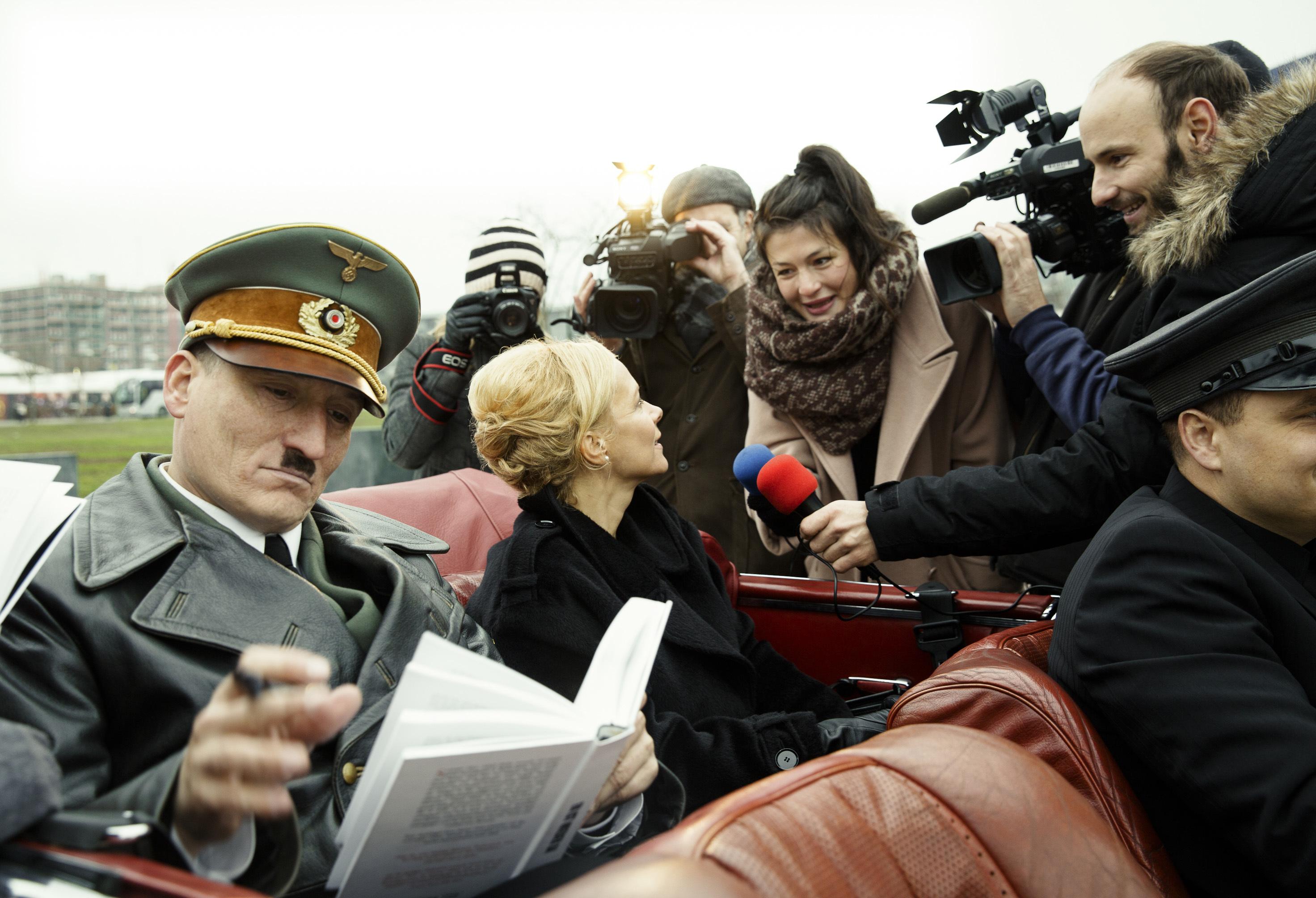 大人気のヒトラー 映画『帰ってきたヒトラー』 © 2015 MYTHOS FILMPRODUKTION GMBH & CO. KG CONSTANTIN FILM PRODUKTION GMBH