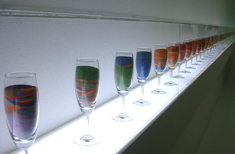 会場には、グラスに入った顔料の地層や、制作過程が見られるタイムラプス動画の展示も
