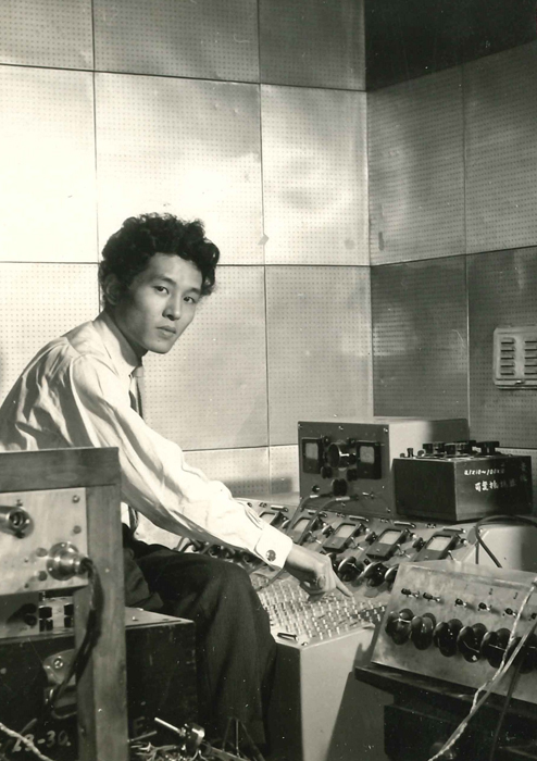 電子音楽スタジオの黛敏郎