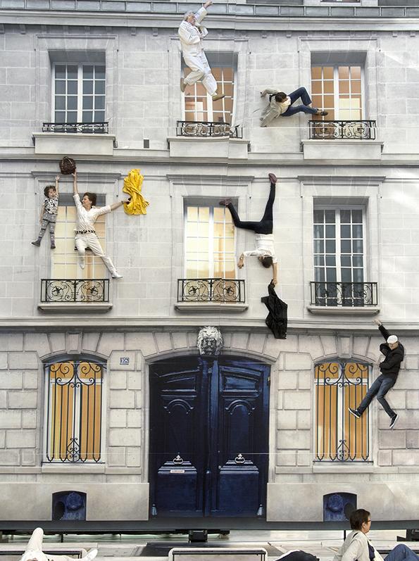 レアンドロ・エルリッヒ《建物》2004年リノリウムにデジタルプリント、照明、鉄、木材、鏡800 x 600 x 1,200 cm展示風景:104-パリ、2011年※参考図版