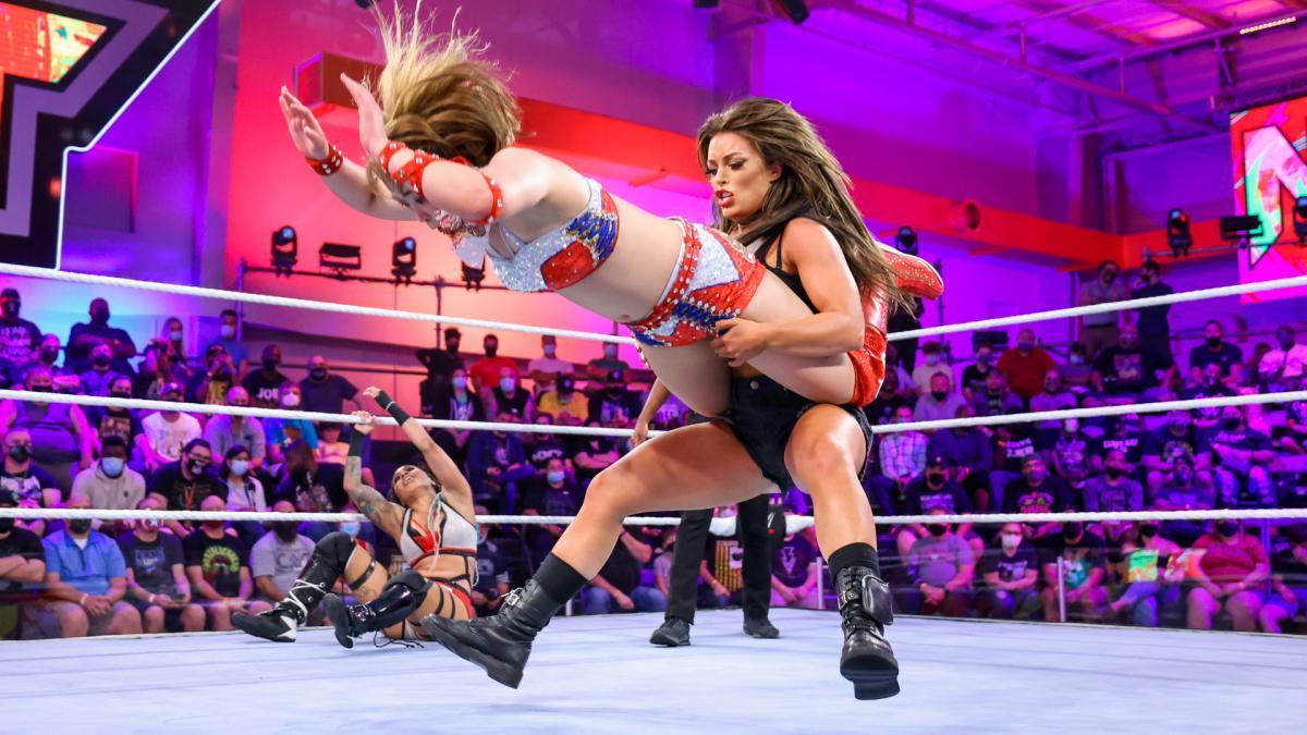 マンディの反撃を受けるサレイ (c)2021 WWE, Inc. All Rights Reserved