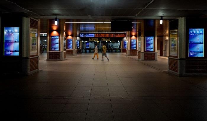 JR横浜駅中央通路&南改札で映し出されるデジタルサイネージ