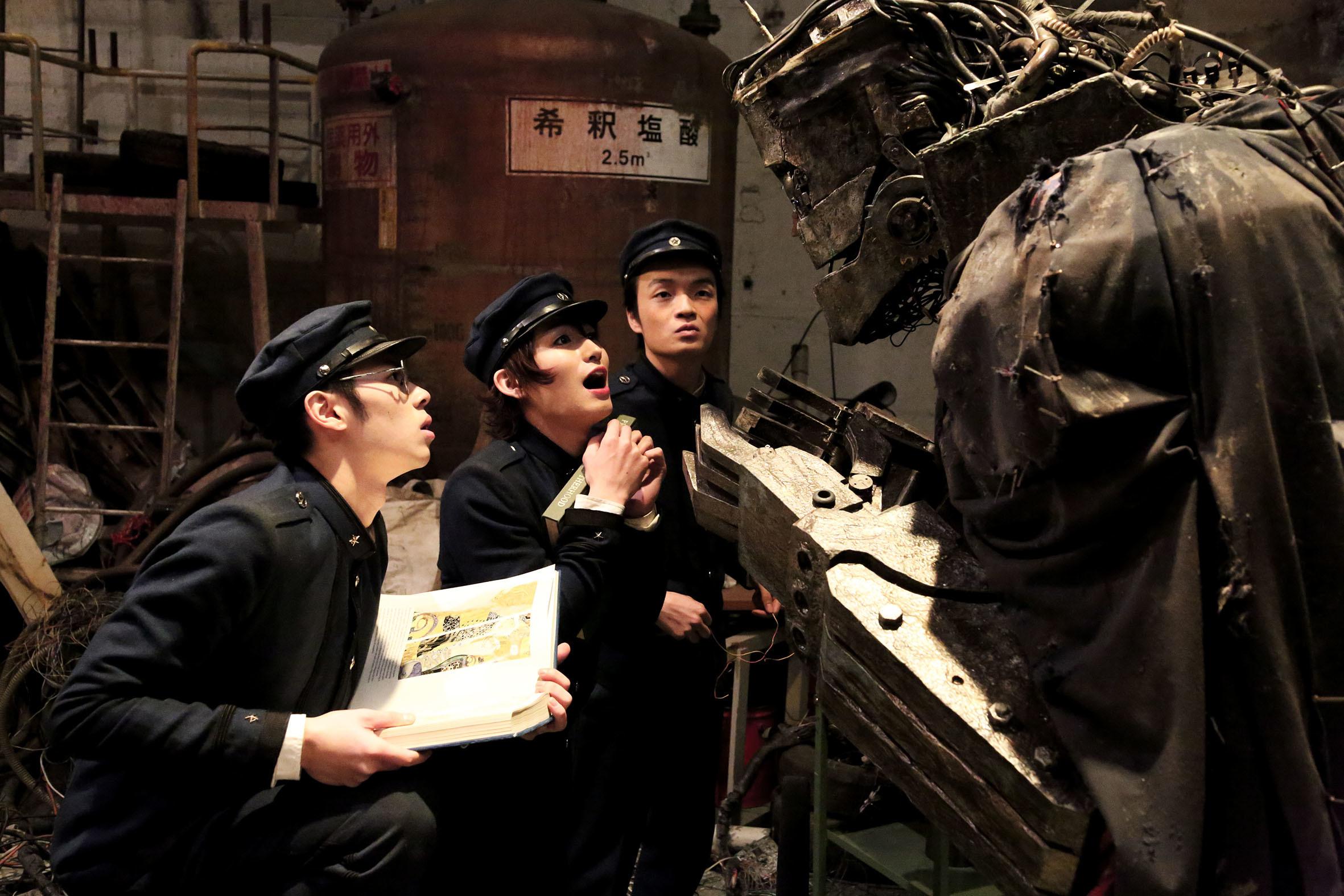 雷蔵(松田凌)、デンタク(戸塚純貴)、ヤコブ(岡山天音)とライチ (C)2015『ライチ☆光クラブ』製作委員会