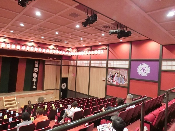 梅田呉服座の客席。かなりの勾配があり、どこに座っても視界が遮られない。