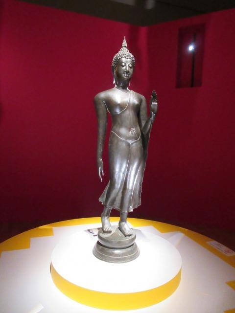 """タイ仏像大使の両氏に""""ウォーキングブッダ""""とも称される「仏陀遊行像」"""