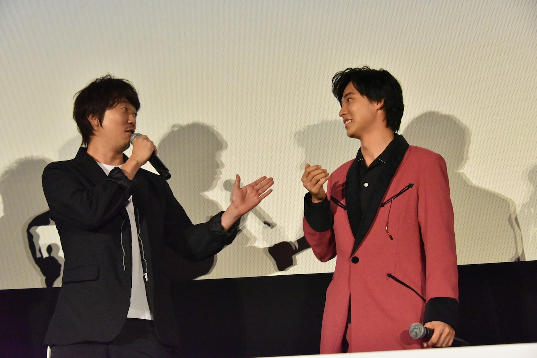 左から、新井浩文、山﨑賢人