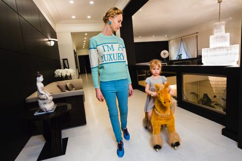 ローレン・グリーンフィールド「Iona at home with her daughter, Michelle, 4, Moscow, 2012」  Lauren Greenfield/INSTITUTE