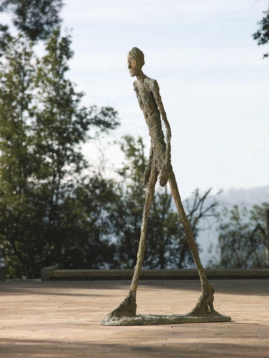 アルベルト・ジャコメッティ《歩く男Ⅰ》1960年 ブロンズ マルグリット&エメ・マーグ財団美術館、サン=ポール・ド・ヴァンス Archives Fondation Maeght, Saint-Paul de Vence (France)