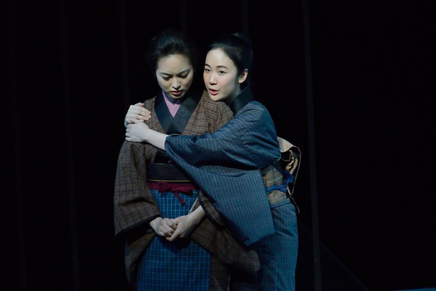 二兎社『書く女』朝倉あき(左)と黒木華