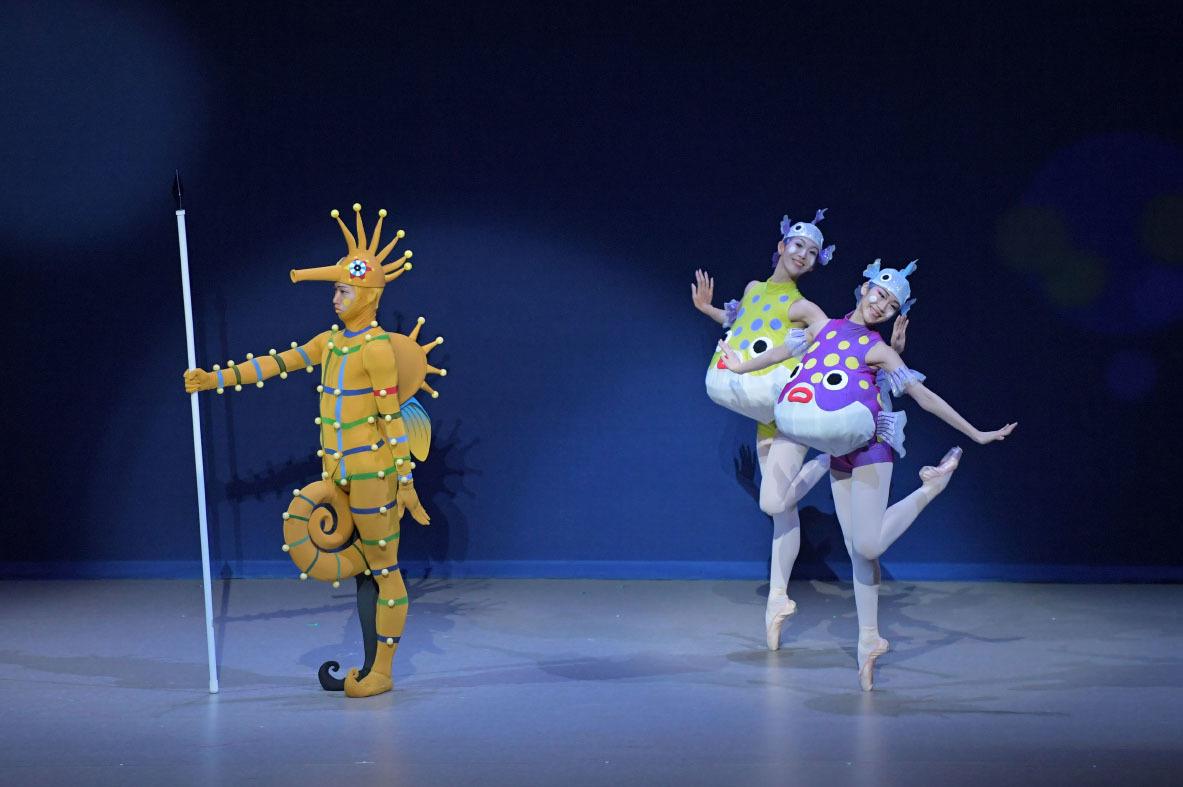 『竜宮 りゅうぐう』(2020年)左より 宇賀大将(タツノオトシ吾郎)、渡辺与布、柴山紗帆(フグ接待魚) 撮影:鹿摩隆司