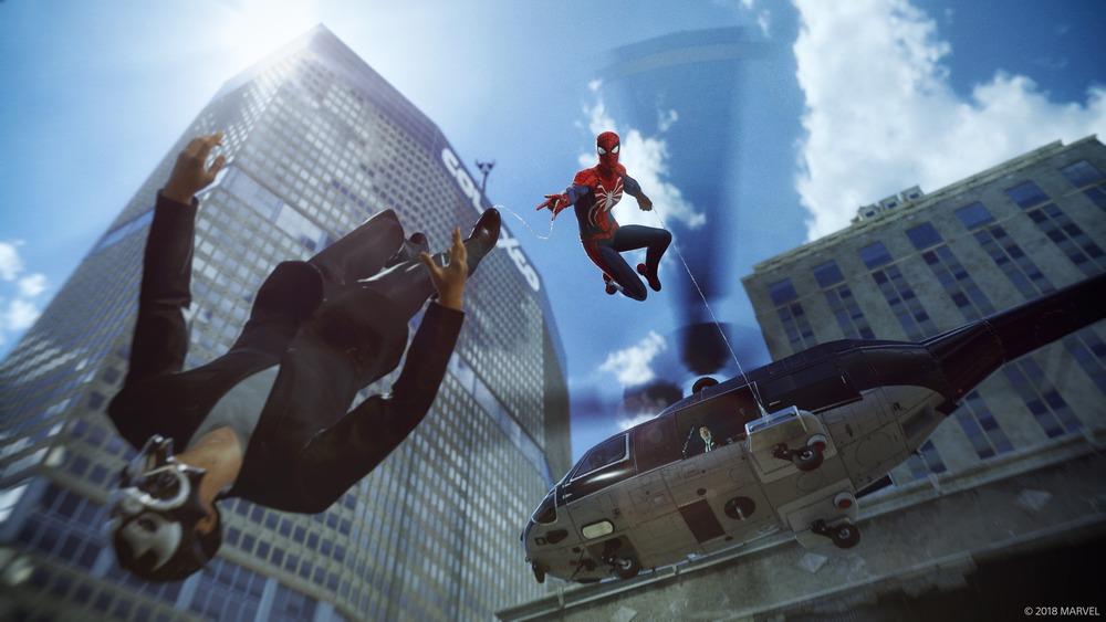 ウェブスイングをしながらも敵を倒す! 背景のビルは現実とコミックスの世界が混じっている