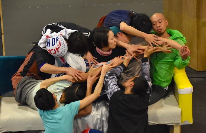 徳永えり(中央)の周りに8人のダンサーがいる。