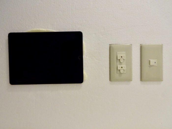全室に備えられたテレビ(iPad)、コンセント、ライト