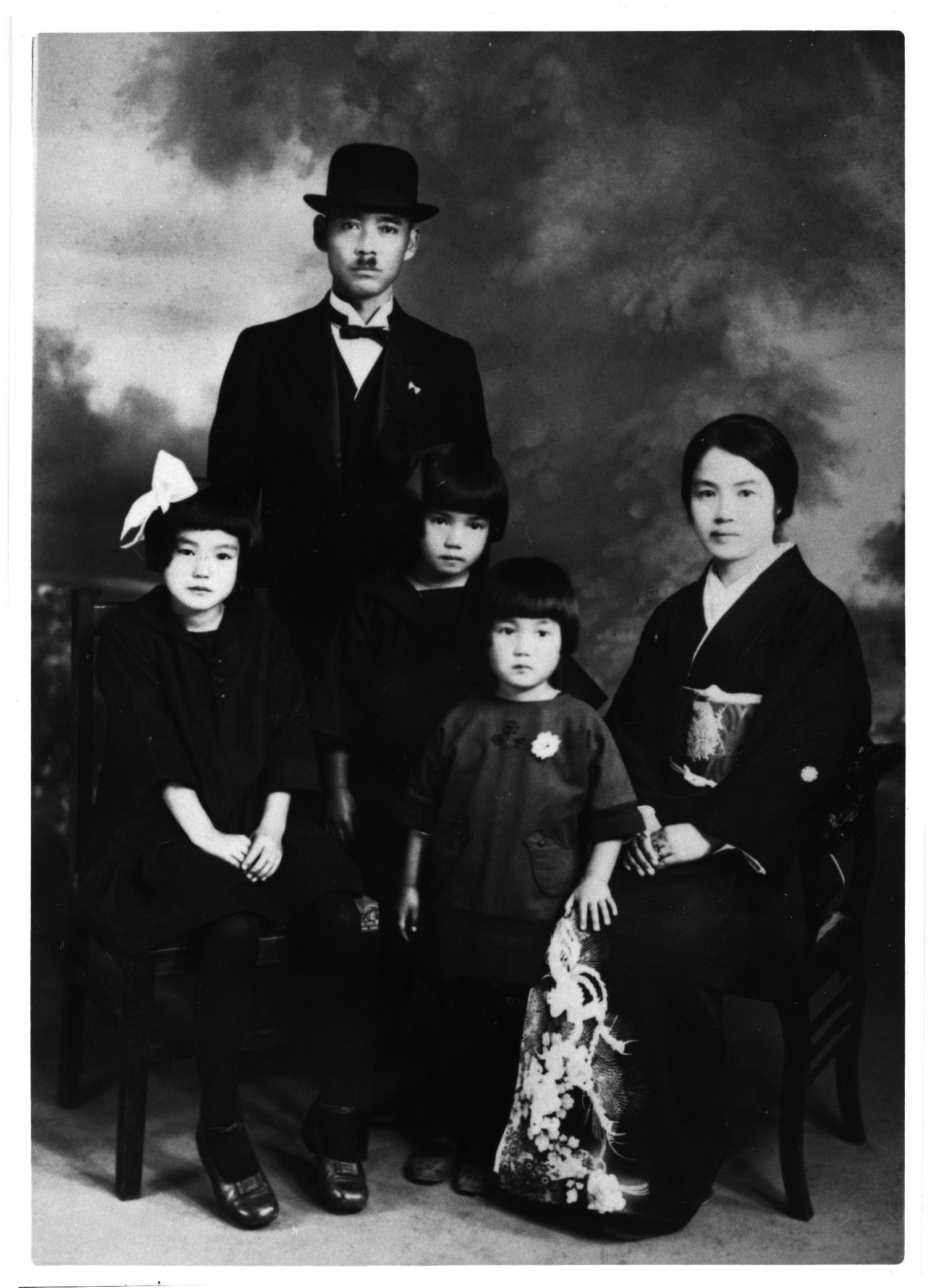 家族と(左端・ちひろ) 1928年 ちひろ美術館蔵
