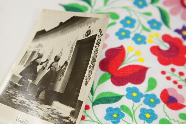 家の壁に伝統柄をペイントする女性たちの写真絵葉書