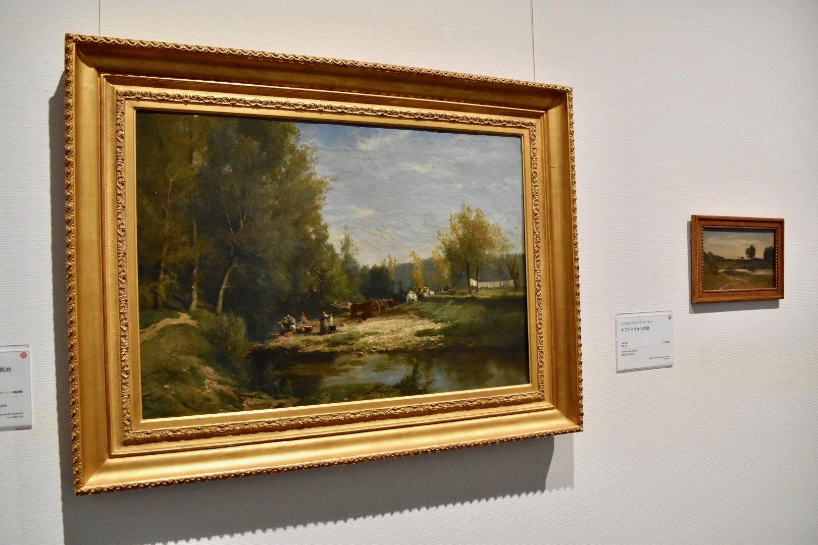 左:シャルル=フランソワ・ドービニー 《リヨン近郊ウランの川岸の眺め》 1848年 カルカッソンヌ美術館蔵 右奥:同画家 《オプトゥヴォスの池》 1849年頃 ランス美術館蔵