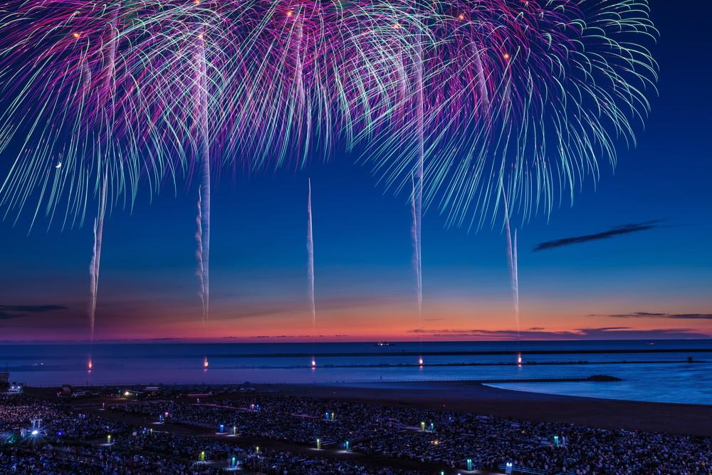 海と花火をたっぷりと堪能できる花火大会「ぎおん柏崎まつり海の大花火大会」の魅力にせまる