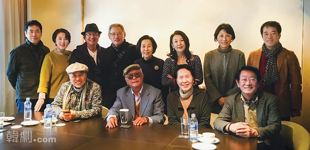 (写真前列左より)ソン・ジンチェク(演出家)、クォン・ソンドク、パク・チョンジャ、チョン・ムソン  (写真後列左より)パク・ドンウ(舞台美術作家)、キム・ソンニョ、チョン・ドンファン、ユ・インチョン、ソン・スク、ユン・ソクファ、ソン・ボンスク、パク・ミョンソン(シンシカンパニー代表)