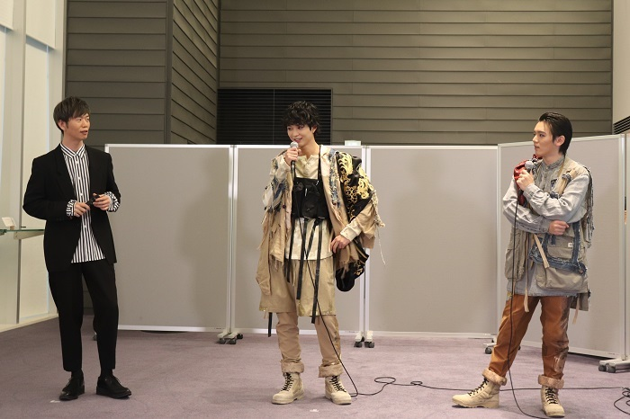 『オレステスとピュラデス』(左から)杉原邦生、鈴木仁、濱田龍臣
