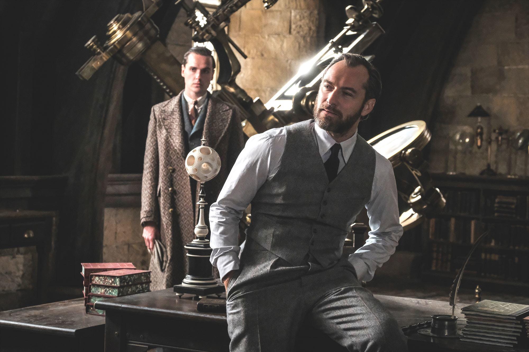 ジュード・ロウ演じるダンブルドア(右) (C)2018 Warner Bros. Ent.  All Rights Reserved. Harry Potter and Fantastic Beasts Publishing Rights (C)J.K.R.