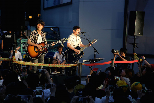 ゆずの台湾でのストリートライブの様子。