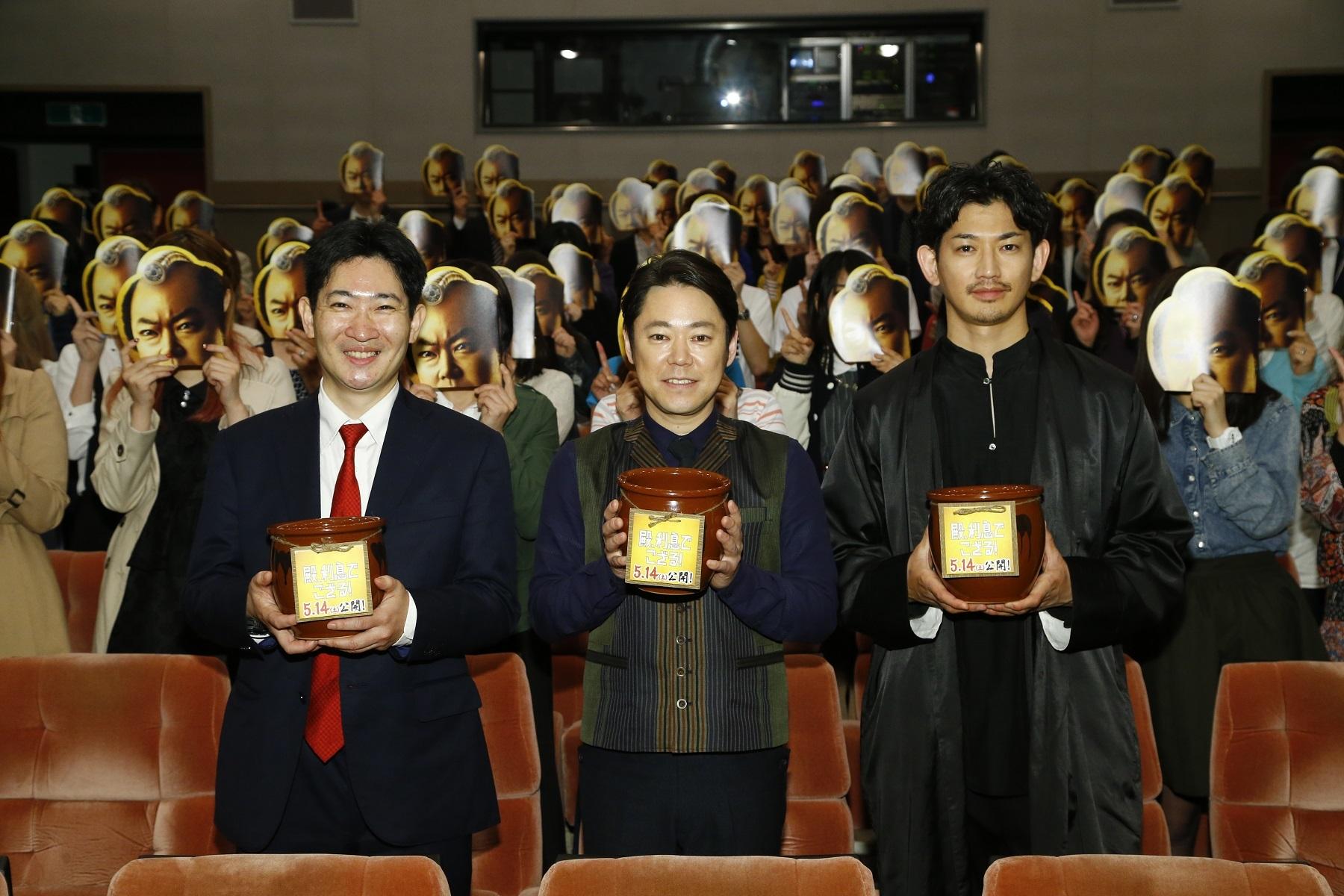 左から原作者・磯田道史氏、阿部サダヲ、瑛太 (C)2016「殿、利息でござる!」製作委員会