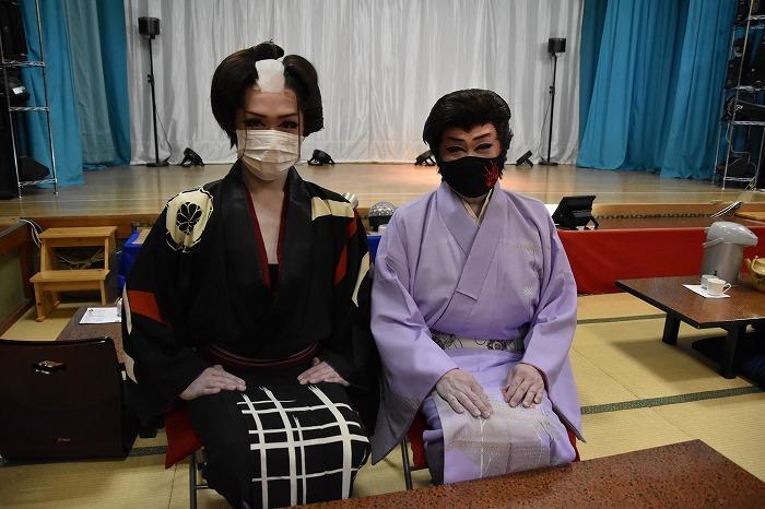 三代目座長・山口英二朗さん(左)、二代目座長・扇子家玉四郎さん(右)。