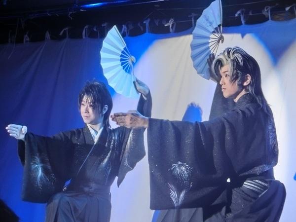 左・里美こうた若座長 右・里美京馬さん ピッタリ合った扇子の舞に大喝采 筆者撮影