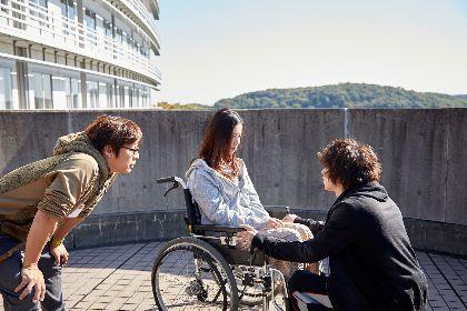 吉高由里子と横浜流星、ふたりの俳優を三木孝浩監督はどう演出したか? 映画『きみの瞳が問いかけている』メイキングカット3点を公開