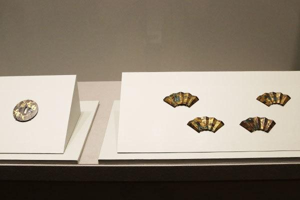 右は《七宝草花文扇面形釘隠》(東京国立博物館所蔵)、左は《桜に破扇図鐔》(重要文化財、永青文庫所蔵》
