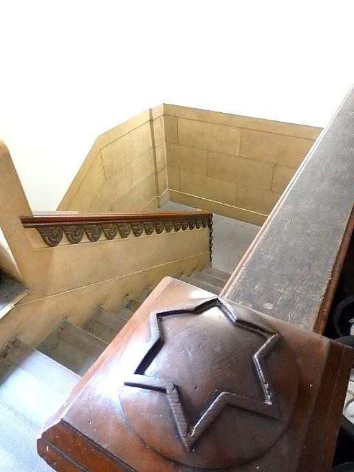 意匠を凝らした芝川ビルの階段手すり