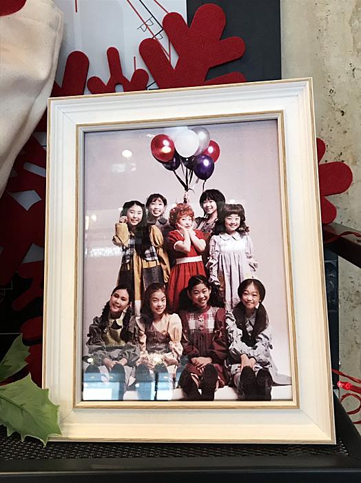 グッズ売り場に飾られている、アニーたちの写真も可愛かった。