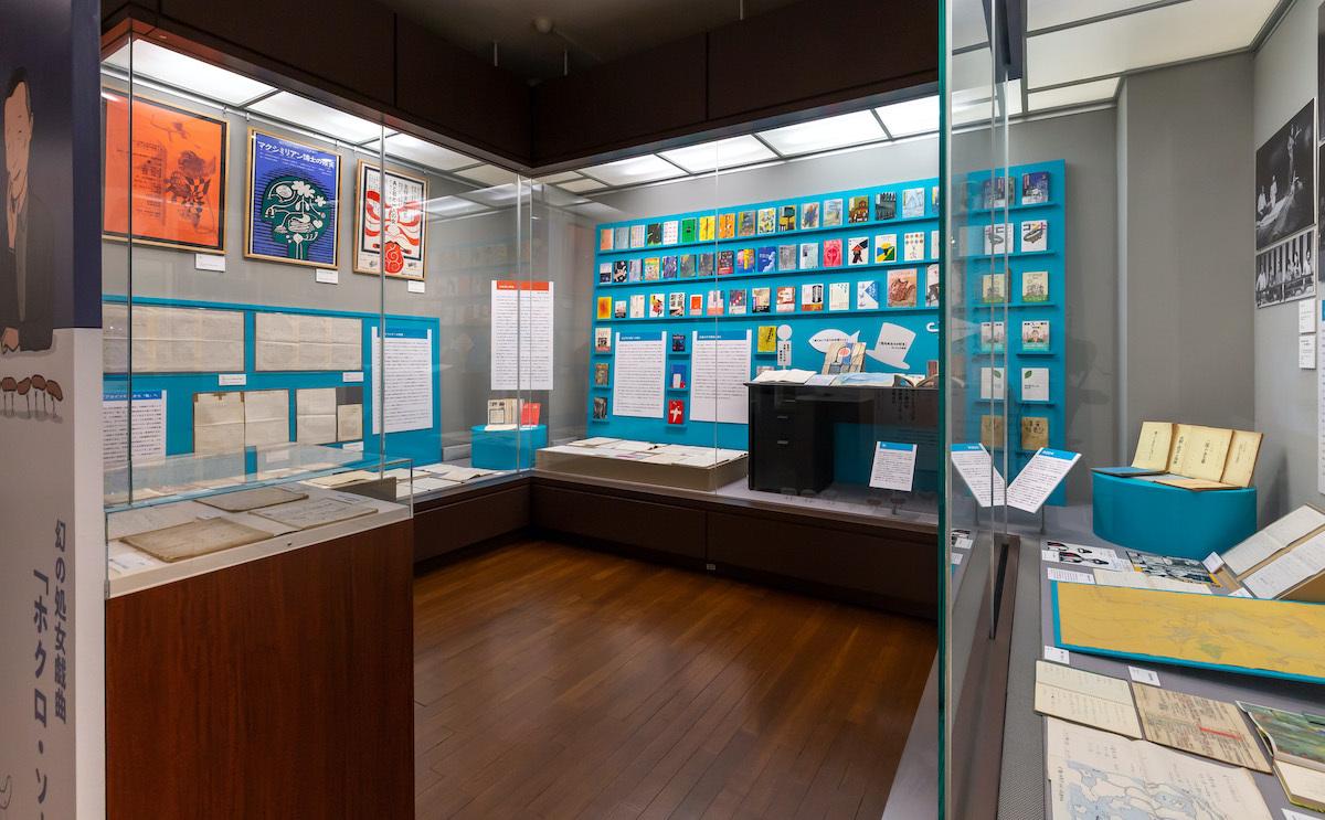 会場には、これまで刊行された別役の書籍や原稿、台本、ポスター等が所狭しに並んでいた