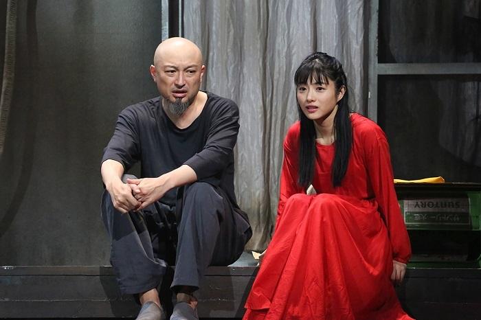 左より)山内圭哉、 石原さとみ 提供:ホリプロ 撮影:宮川舞子