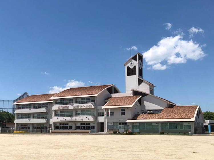 元小学校の面影が随所に残る「三浜文化会館」