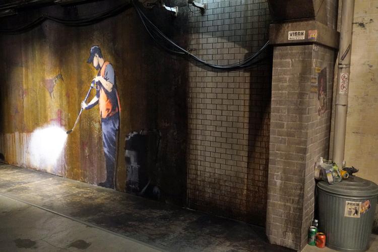 《Whitewashing Lascaux (The Cans Festival)》(2008)の再現展示。実物は当時展示用として合法的に描かれたものだが、その後、誰かに消されてしまった。