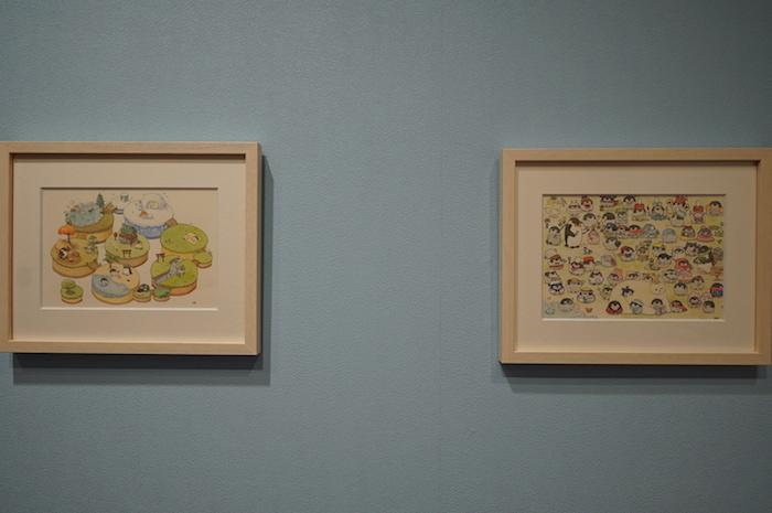 新発売の原画集の表紙用に描き下ろされた2パターンの一枚絵(左は会場限定版、右は通常版)