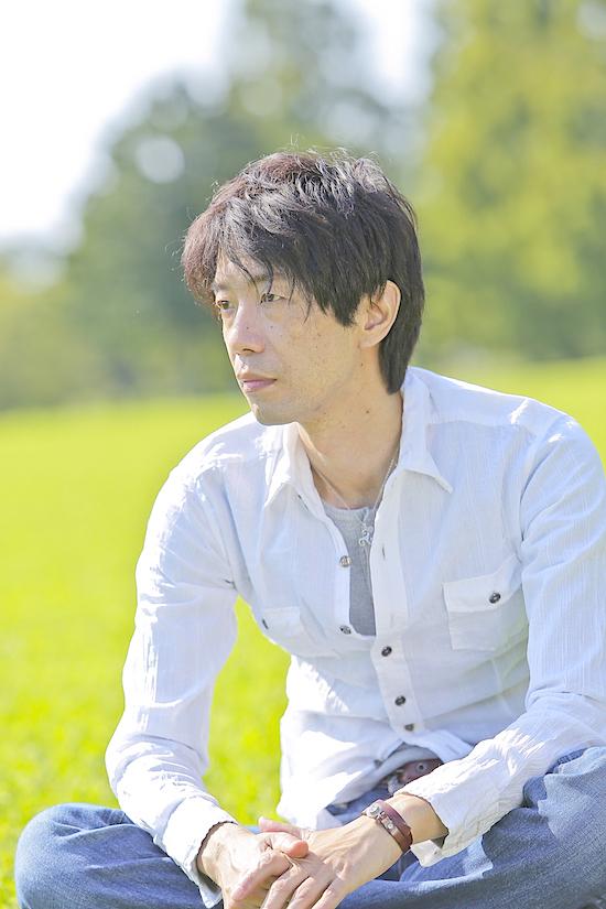 「領土」作者の諏訪哲史  ©mikico